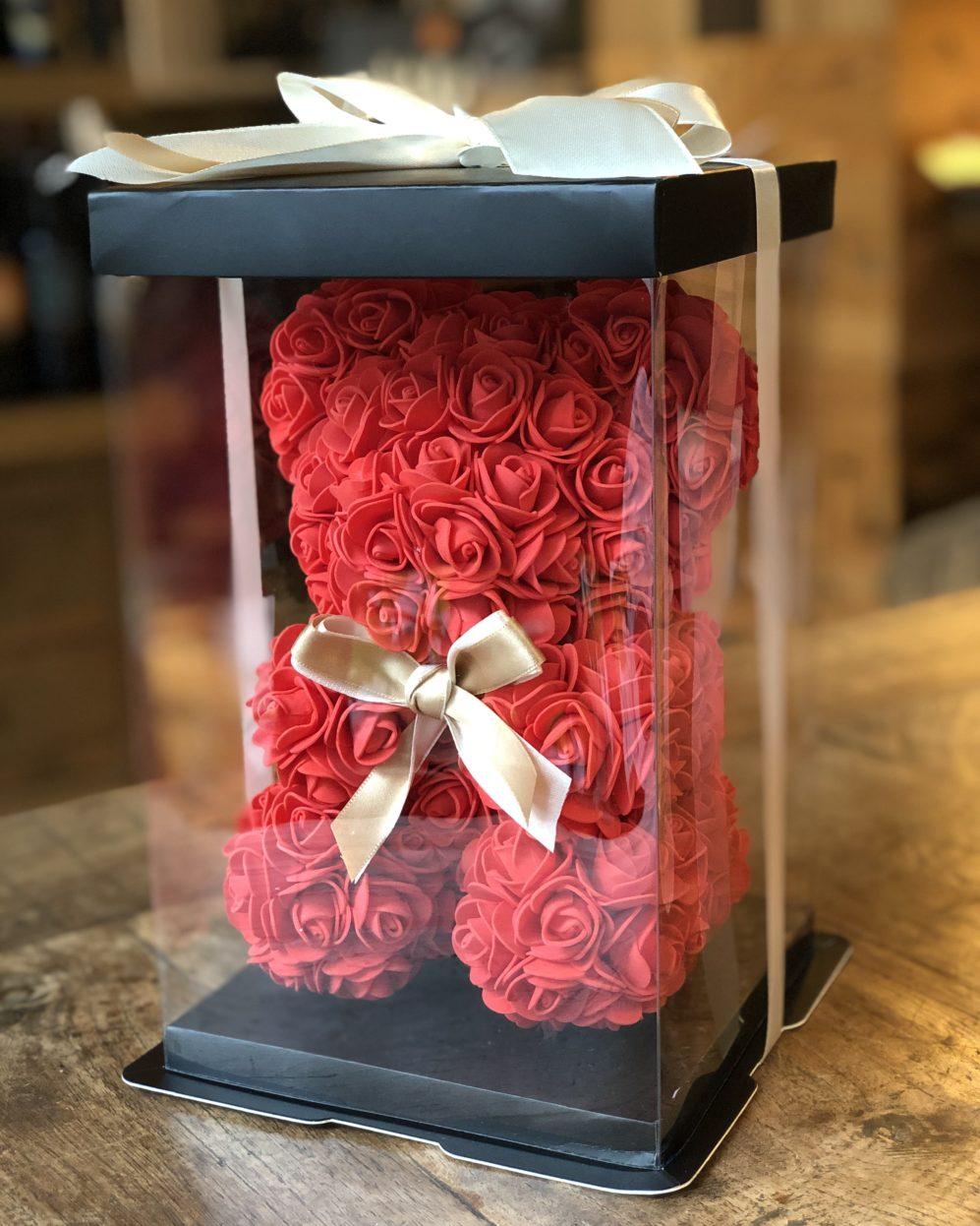 Medvídek z růží v dárkové krabici – Červený